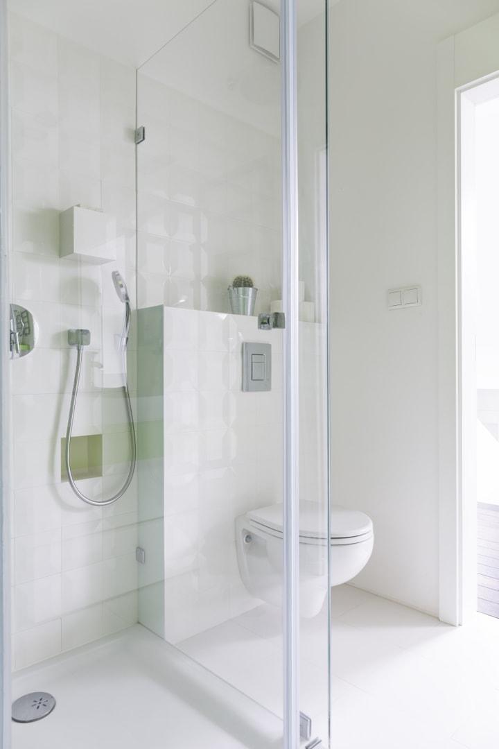 Proste formy, biała ceramika optycznie powiększają pomieszczenie...