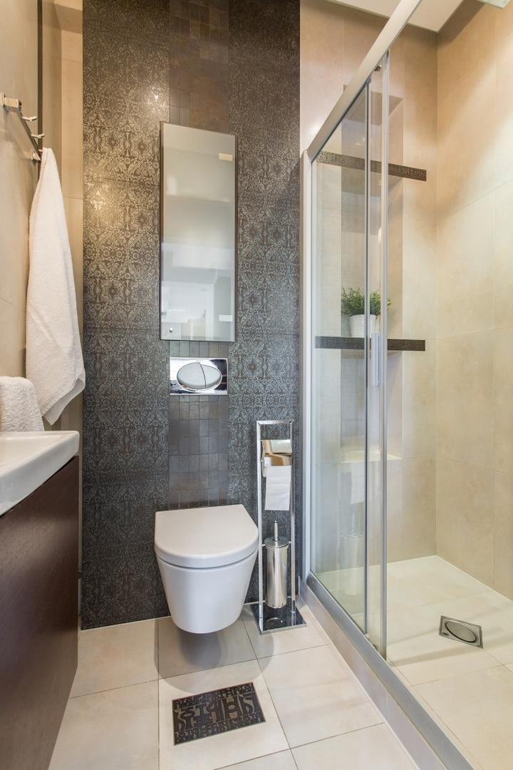 W małej łazience zazwyczaj decydujemy się na kabinę prysznicową