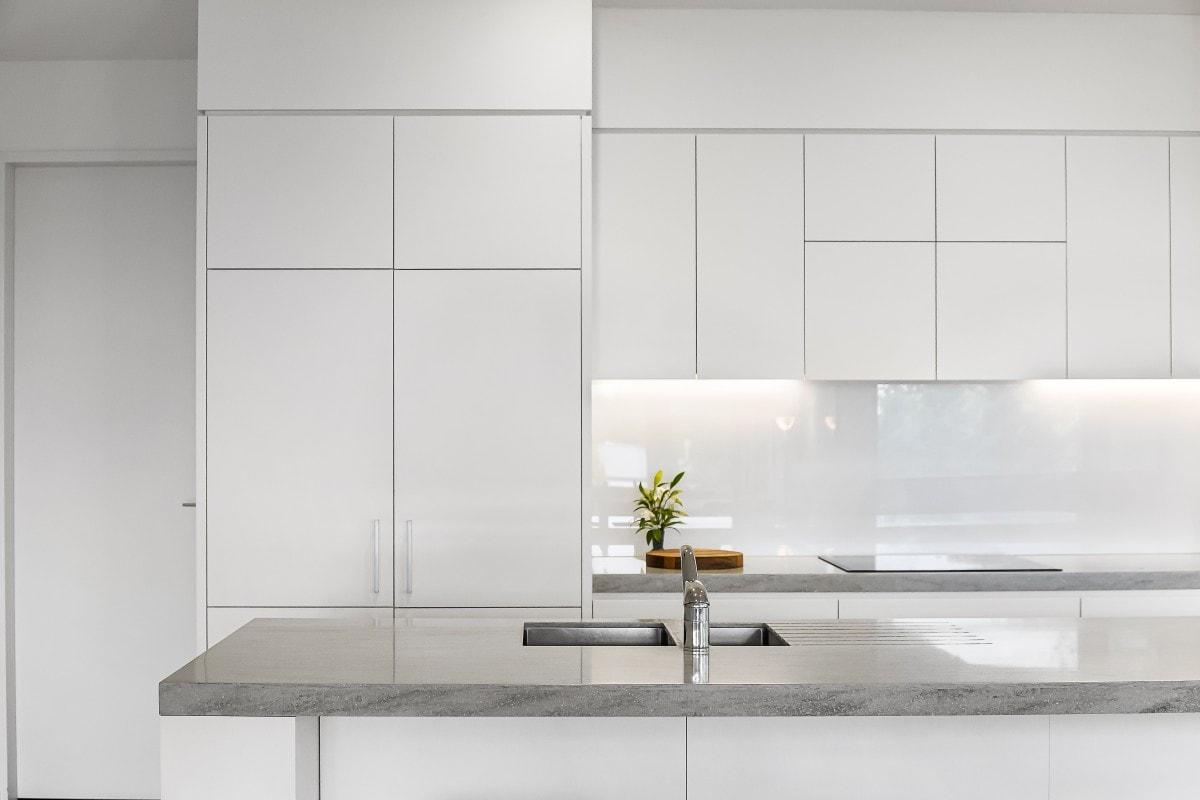 Biała kuchnia w czystej, prostej formie