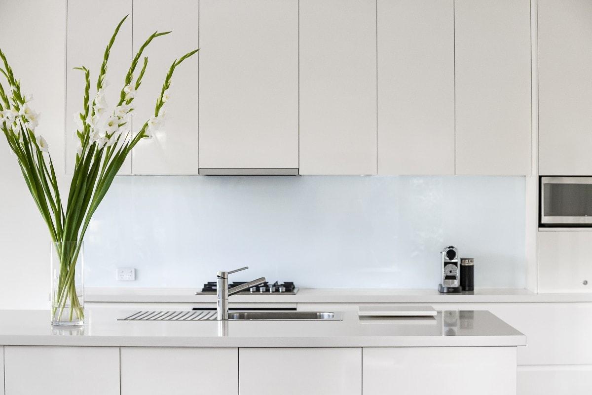 Doskonałym uzupełnieniem białej kuchni jest kojąca zieleń roślin