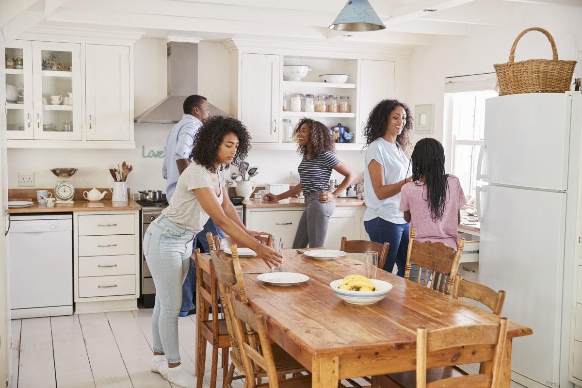 Biała kuchnia będzie doskonałym tłem dla pozostałych dodatków