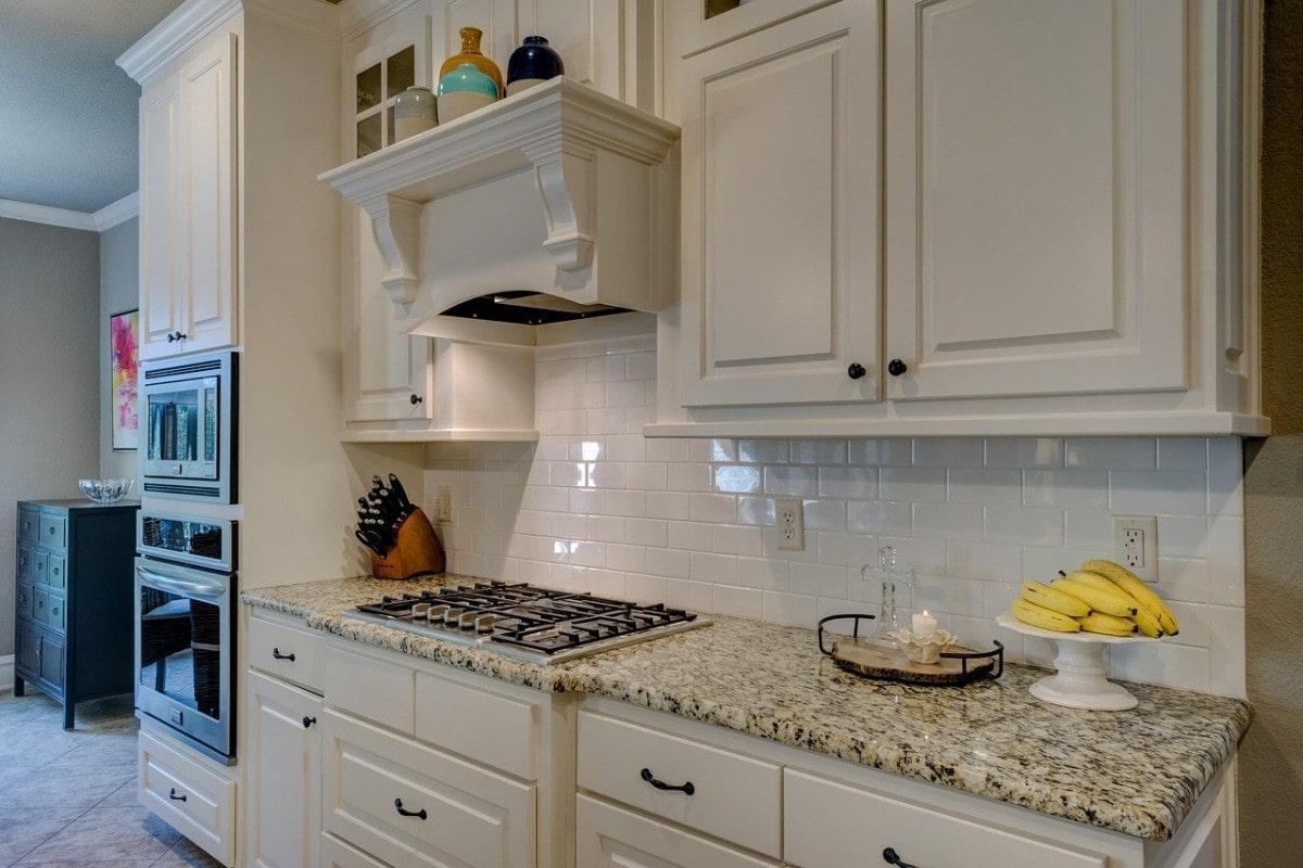 Biel świetnie sprawdzi się zarówno w kuchniach nowoczesnych, jak i klasycznych