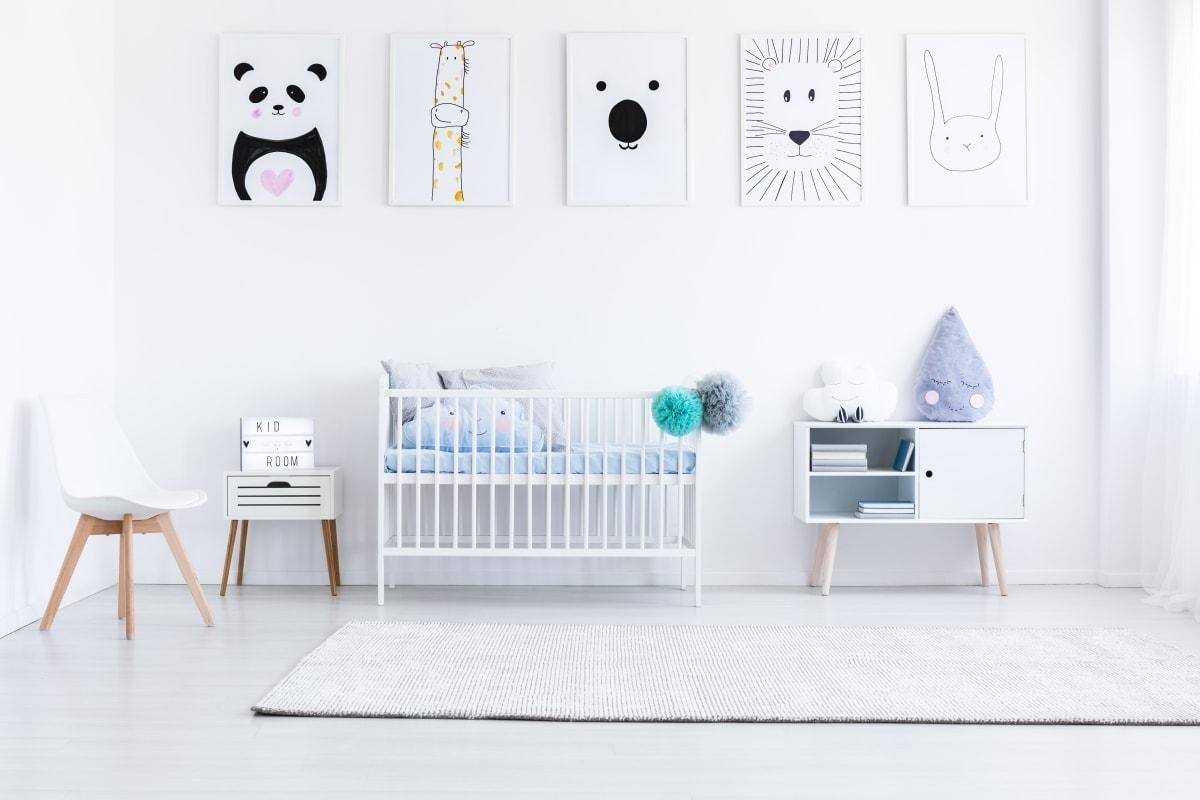 Sypialnia dziecięca w białym kolorze z białymi meblami