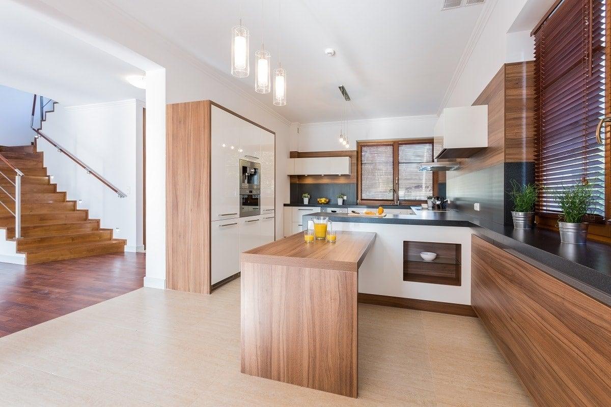 Białe ściany do brązowych mebli kuchennych