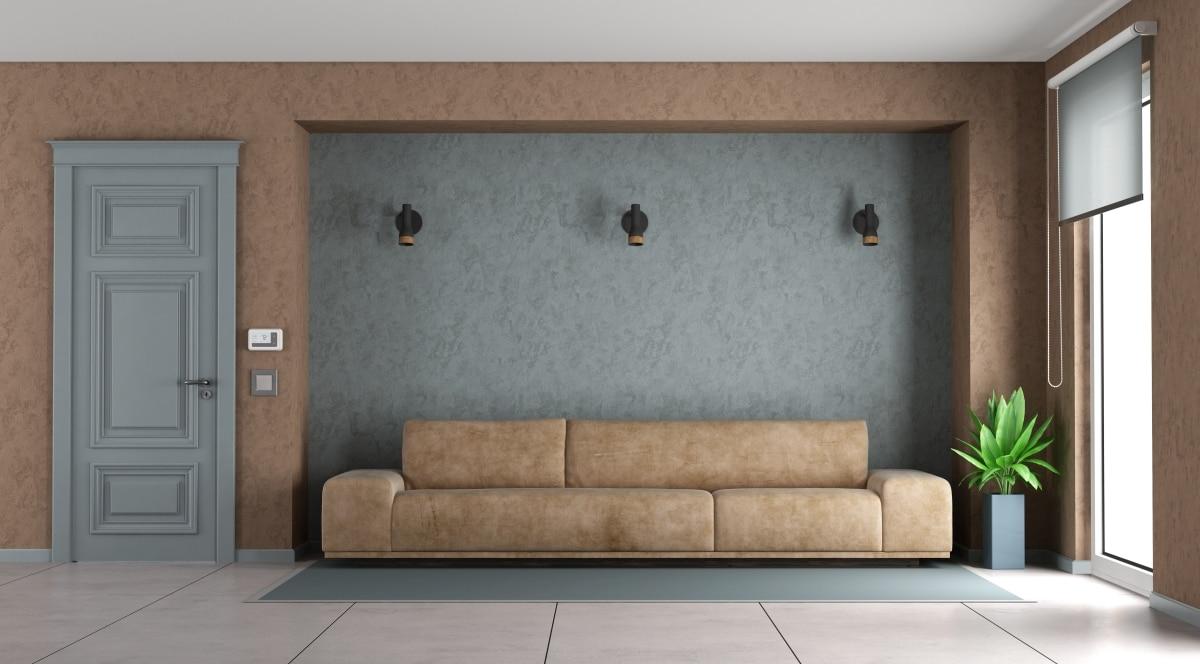 Brązowe meble, brązowe ściany... Nie ma problemu, jeśli jedną ze ścian wyróżnimy innym kolorem, powtarzając go w dodatkach, czy jak tu - na drzwiach