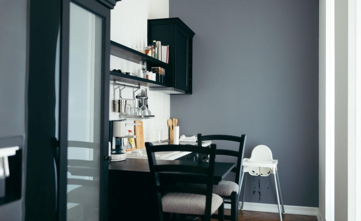 Czarne elementy dobrze kontrastują z jasną ścianą