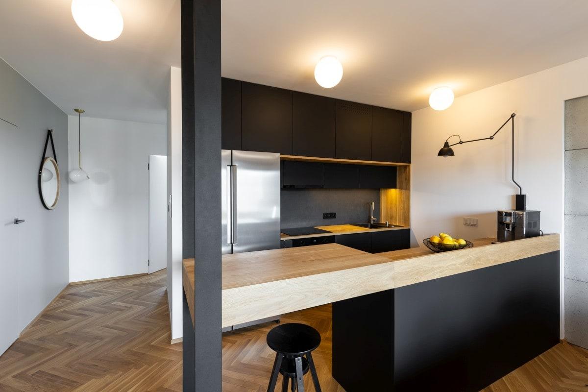 Czarna kuchnia stanowi doskonałą bazę do zabawy kolorowymi dodatkami