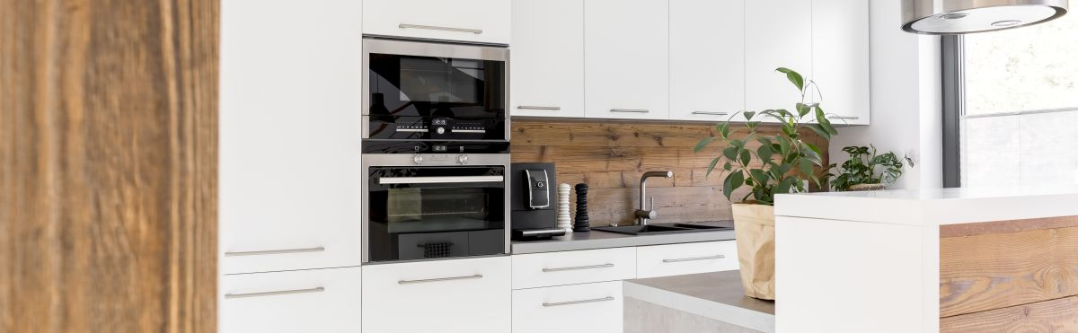 Biel i drewno świetnie połączone w kuchni
