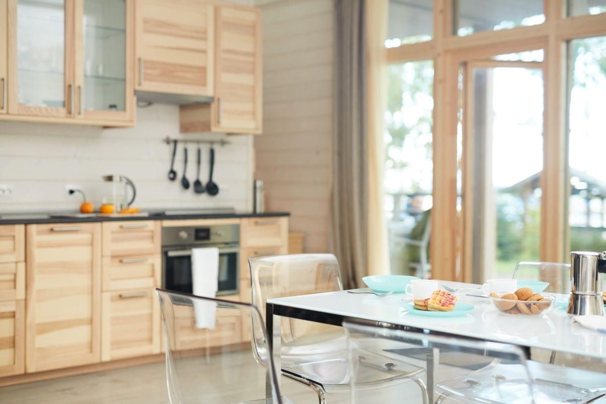 Kuchnia z jasnego drewna i z nowoczesnymi meblami, bardzo jasna i widna