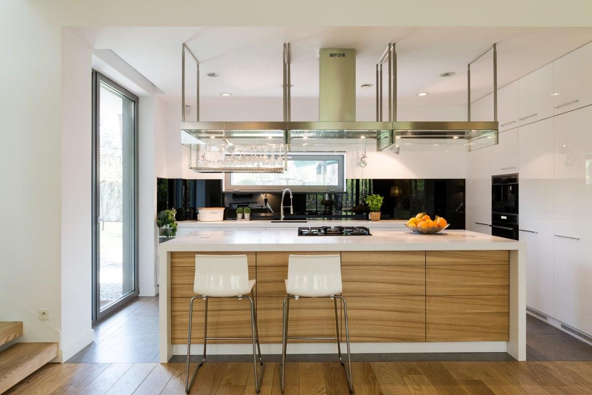 Drewniana kuchnia w otwartej przestrzeni wymaga dopasowania do niej pozostałych materiałów wykończeniowych