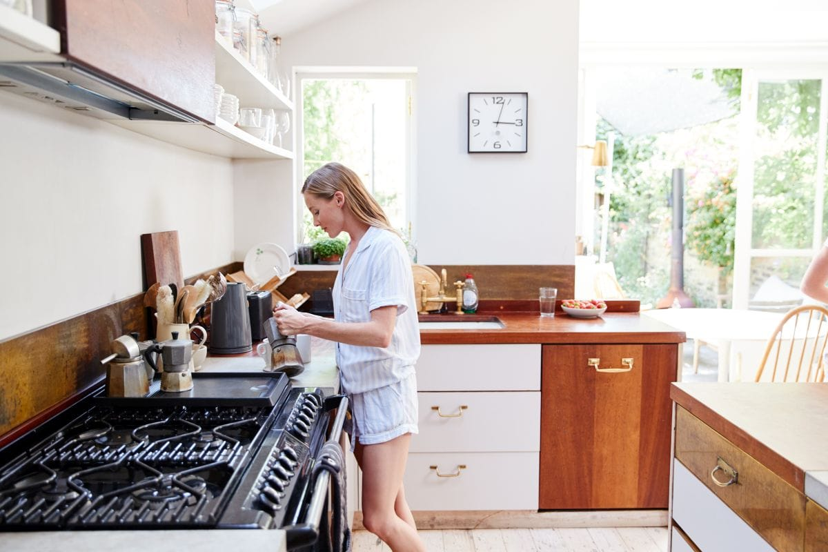 Przytulna, domowa kuchnia narożna, otwarta na salon