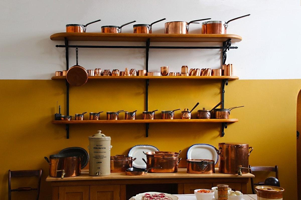 Kuchnia rustykalna kocha miedziane naczynia