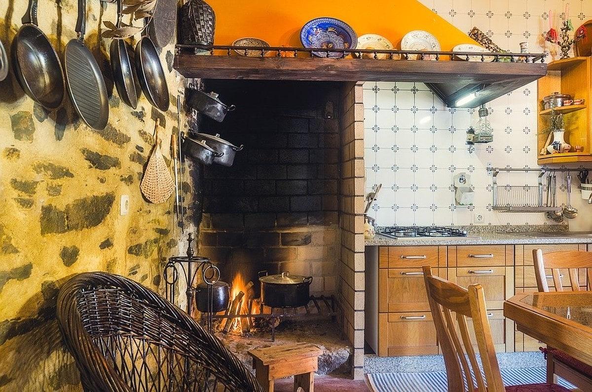 Kuchnia rustykalna z otwartym paleniskiem