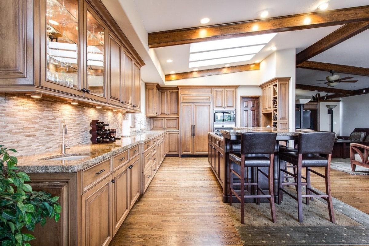 Dobre oświetlenie pomieszczenia – i nawet drewniana kuchnia wydaje się lekka