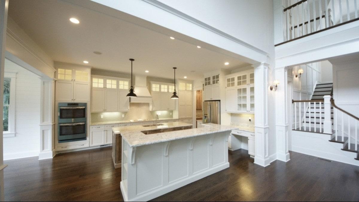 Połączenie z salonem kuchni w urządzonej w stylu angielskim wymusza podobną aranżację również w salonie