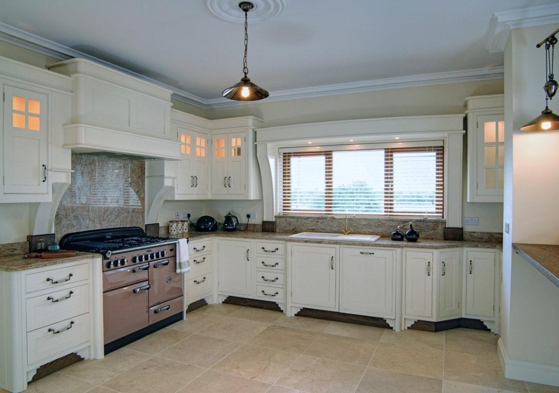 Eleganckie wykończenie okna nawiązuje swoją stylistyką do mebli kuchennych