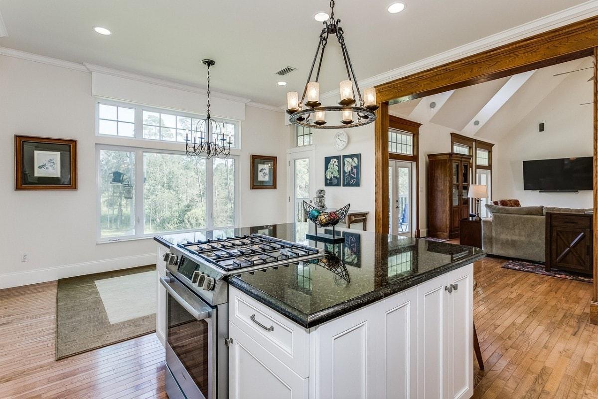 Kuchnia połączona z salonem wymaga ciągłego utrzymania w czystości, by w razie niezapowiedzianej wizyty gości nie najeść się…wstydu!