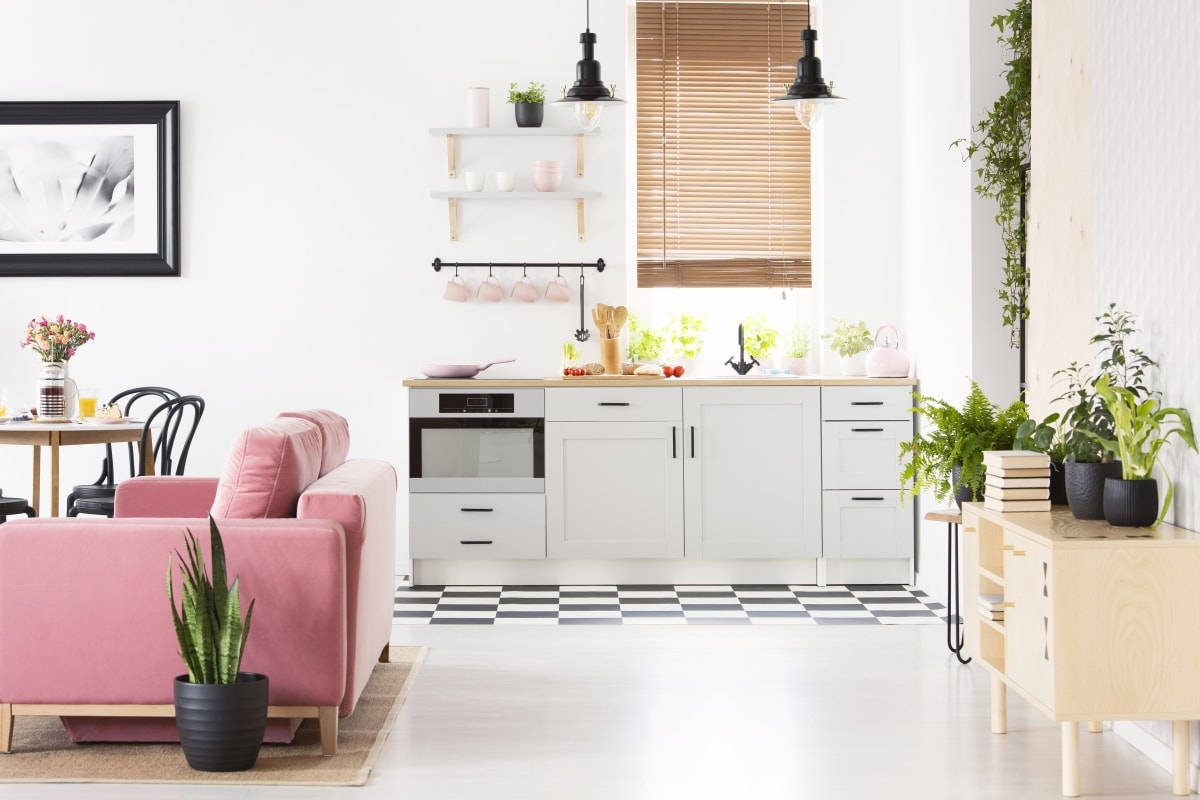 Nieduża kuchnia otwarta na salon