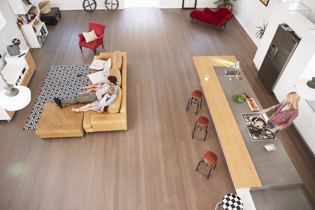 Ogromna kuchnia z przestronnym salonem – w tym apartamencie aż chce się żyć!