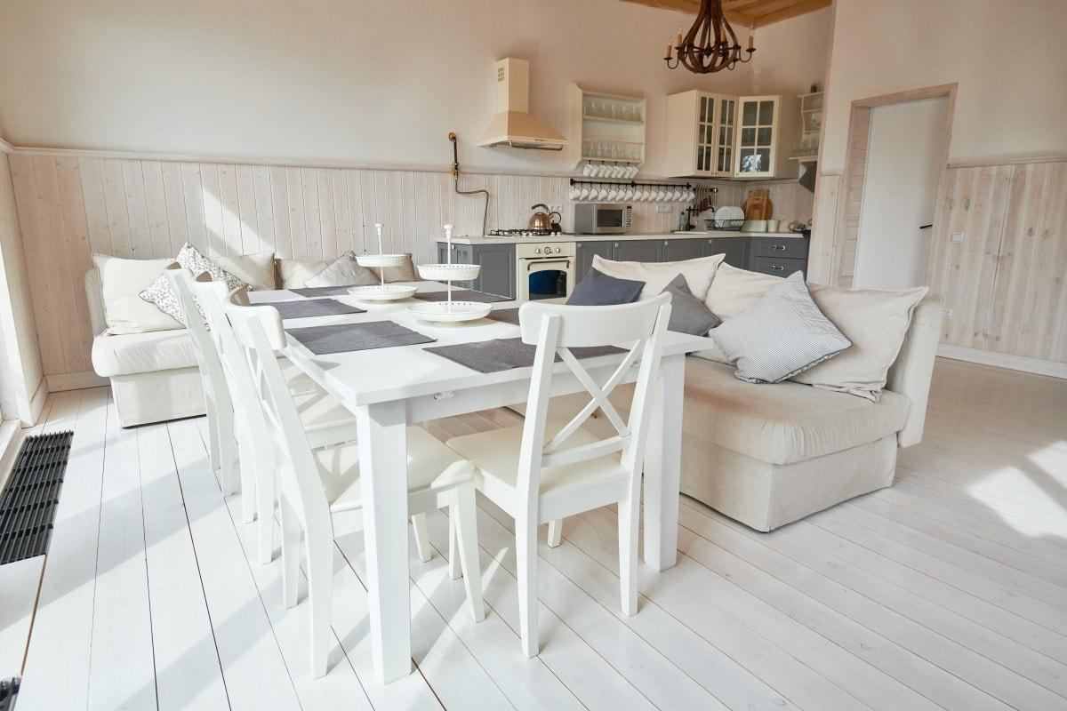 Przytulna, rustykalna przestrzeń łącząca w sobie kuchnię, salon i jadalnię