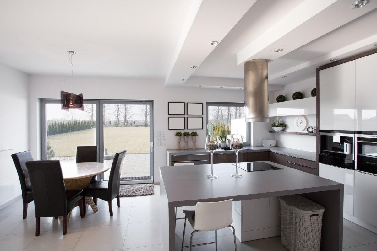 Kuchnia, jadalnia, salon – wspólna strefa dla całej rodziny w jednym pomieszczeniu
