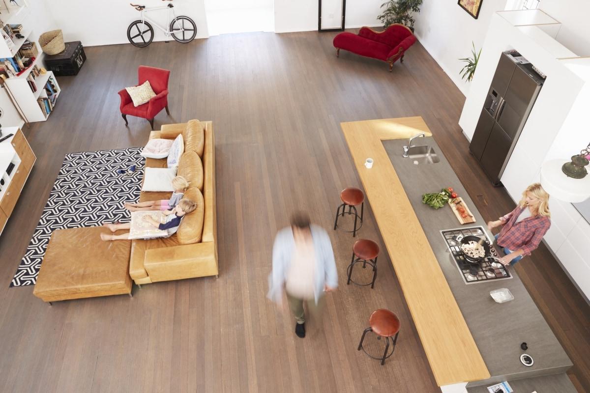 Wyspa oddzielająca salon od kuchni służy też za miejsce do posiłków