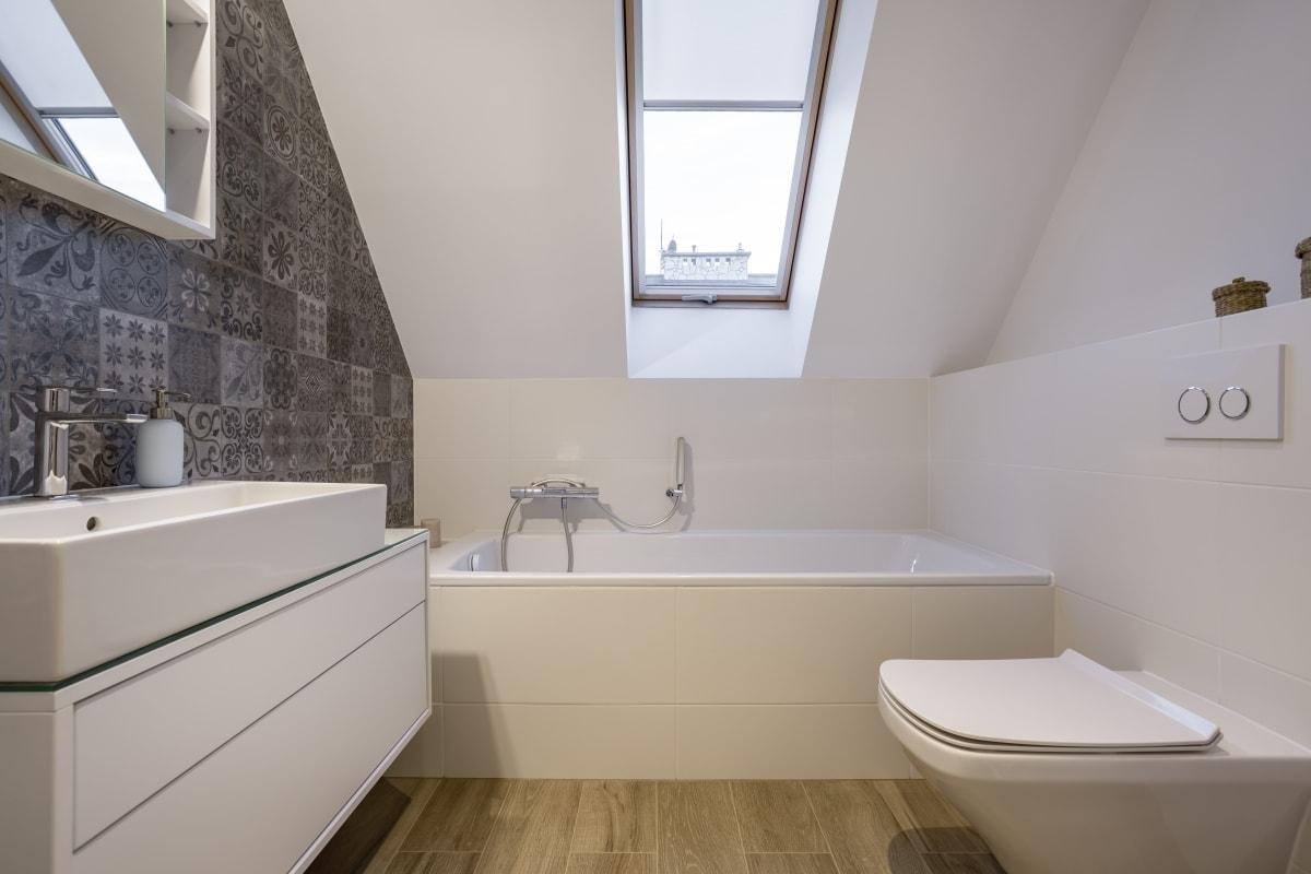 Łazienka na poddaszu może oznaczać widok z okna na niebo w czasie kąpieli...