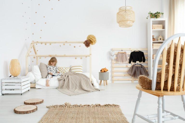 Łóżko z motywem domku dla dwulatka