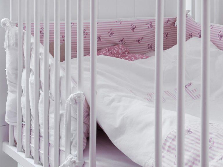 Barierka w łóżku dziecięcym