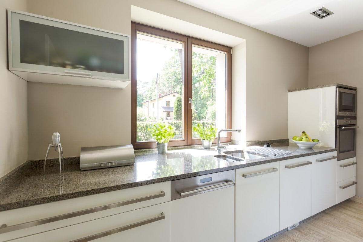 W małych kuchniach dobrze sprawdzi się kolor biały i kompaktowe sprzęty