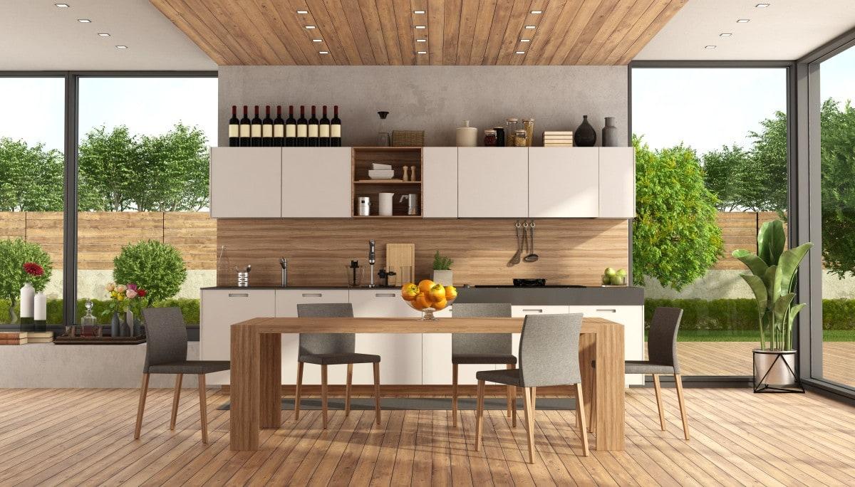 Niewielka, ale w pełni funkcjonalna kuchnia umiejscowiona w przestronnym salonie z zapierającym dech w piersiach widokiem