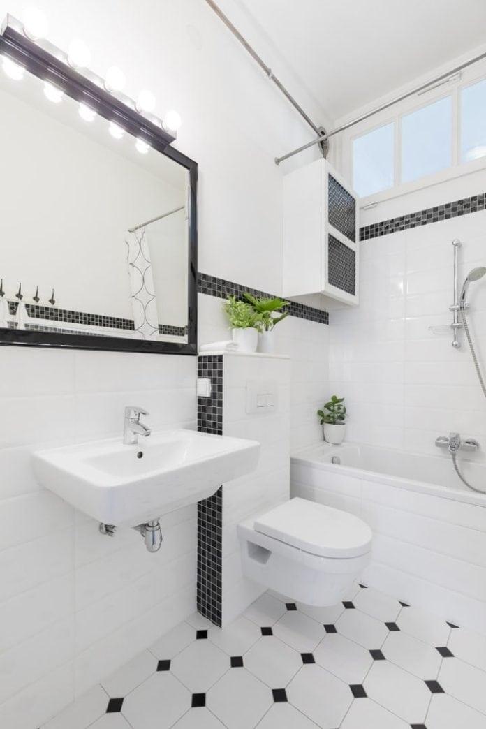 Wanna z dużą słuchawką prysznicową poprawia funkcjonalność małej łazienki