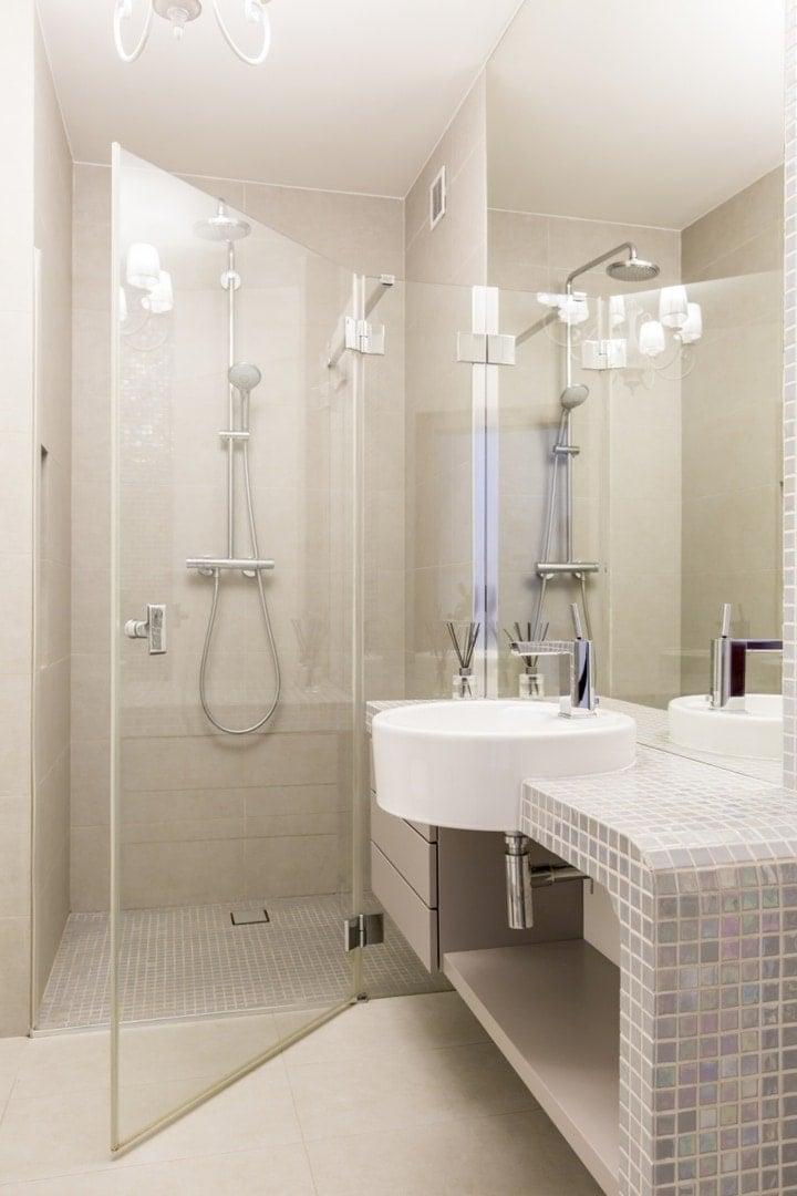 Tafla szkła zamiast drzwi i brak brodzika optycznie powiększą łazienkę