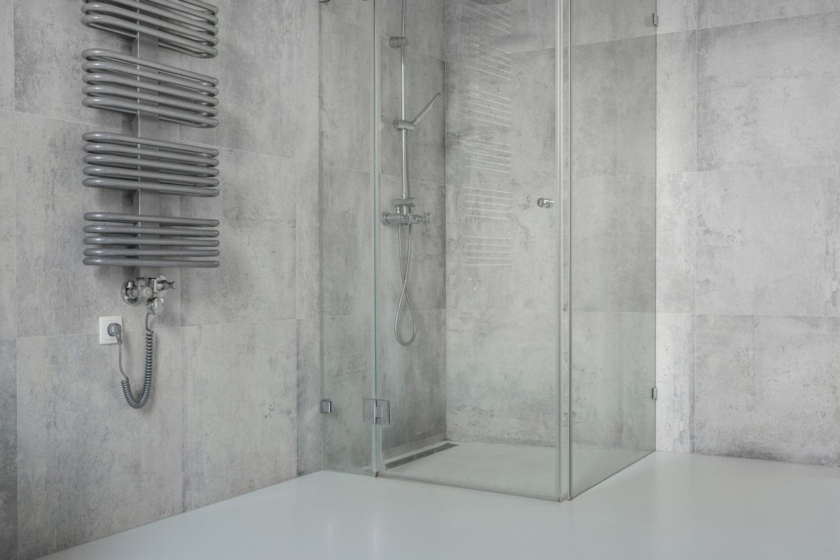 Nowoczesna, loftowa wręcz łazienka, z betonem i szkłem w roli głównej