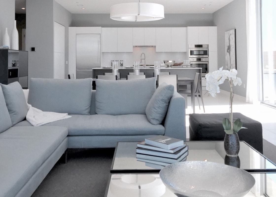 Prostota, klarowność i czyste formy – przepis na udane połączenie salonu z kuchnią