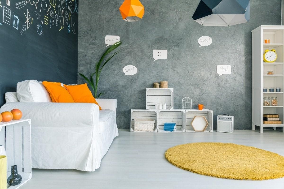 Zawsze w modzie są białe meble połączone z szarymi ścianami
