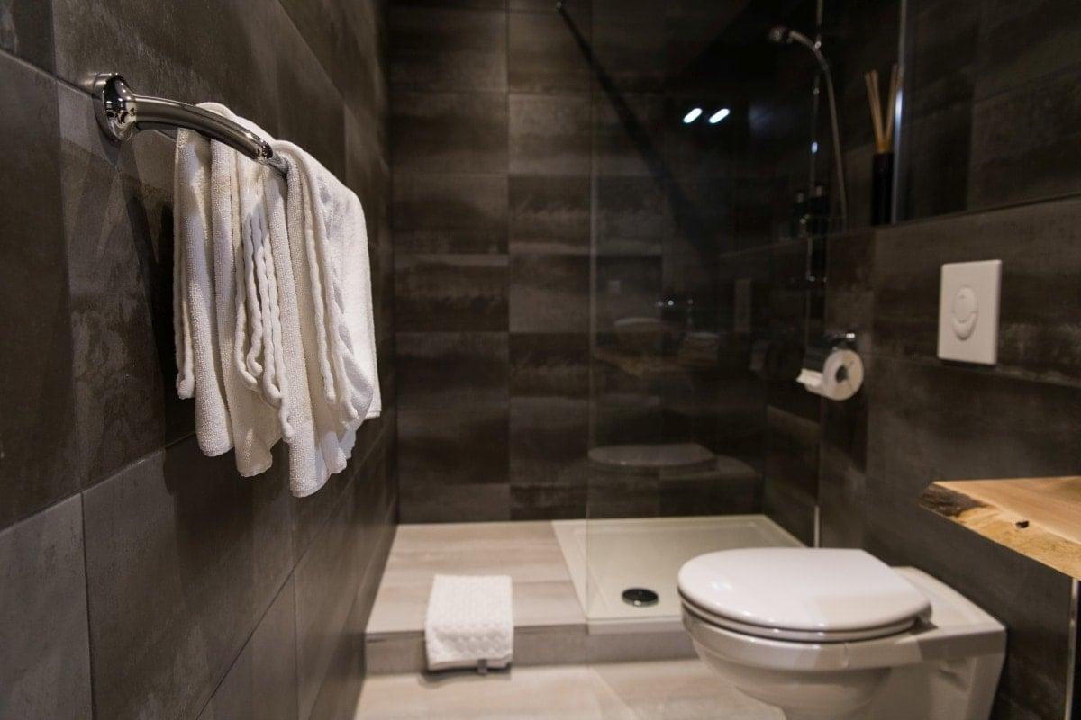 Wydzielając wnękę na prysznic i nie zamykając jej uzyskujemy wrażenie przestrzeni