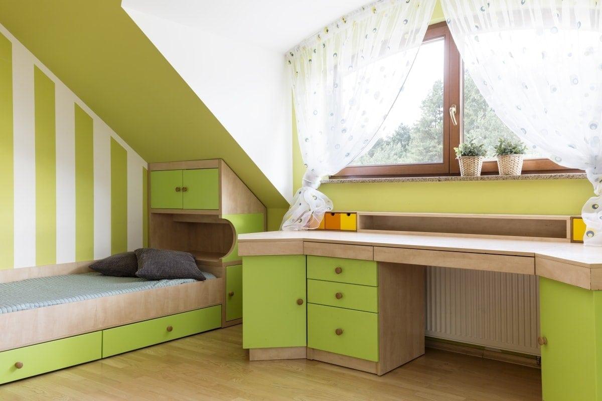 Sypialnia na dziecka urządzona na poddaszu