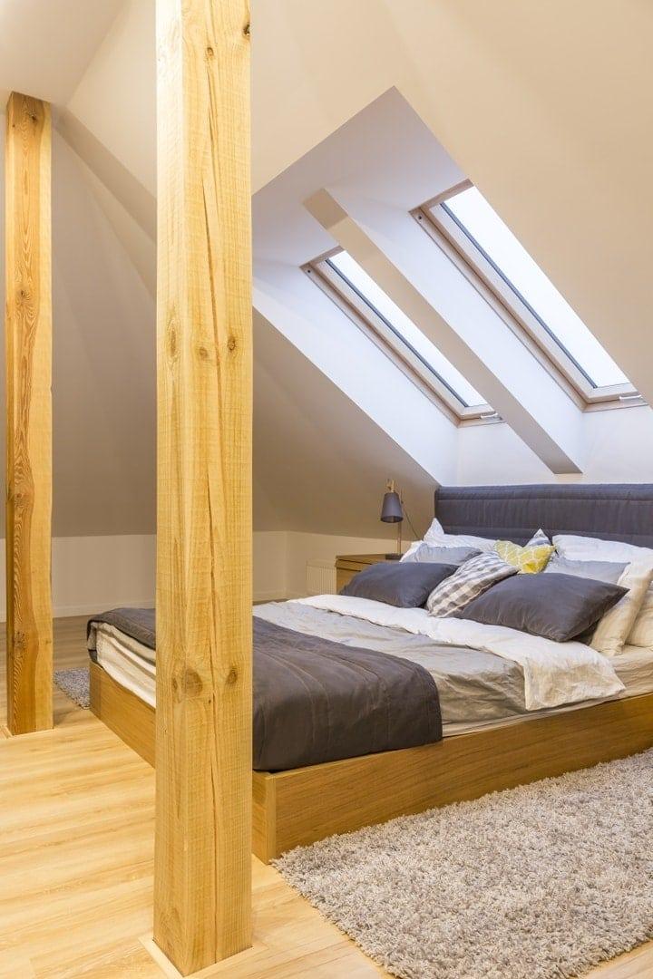 Widoczne elementy konstrukcyjne w sypialni na poddaszu mogą być strzałem w dziesiątkę