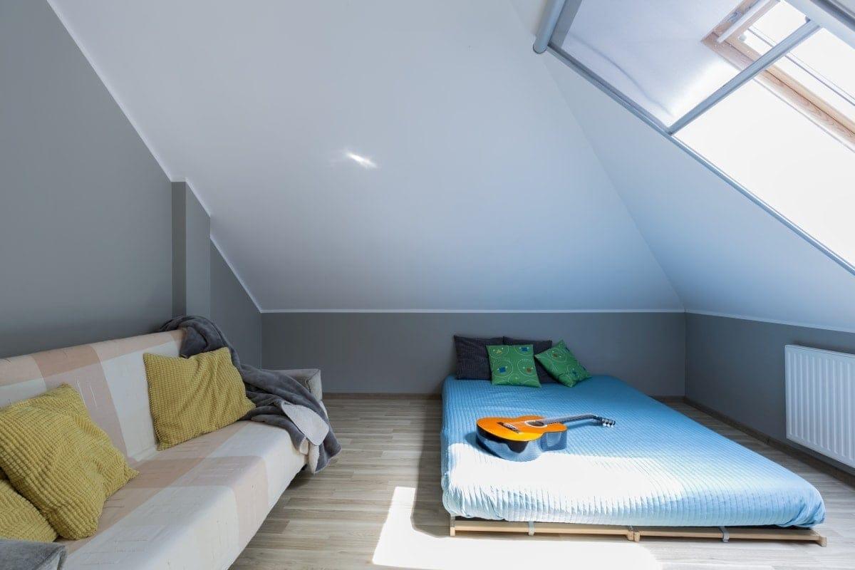 W sypialni na poddaszu niskie łóżko to dobru pomysł