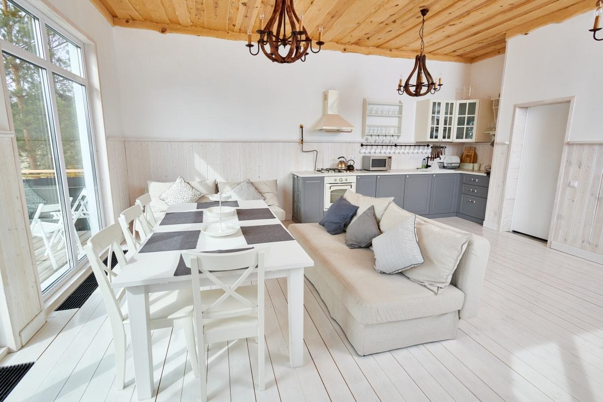 Szare szafki kuchenne idealnie współgrają z białymi ścianami i podłogą