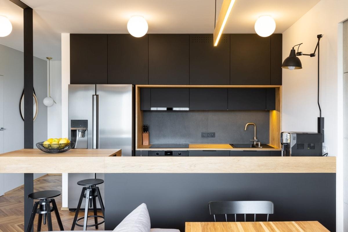 Zestawienie szarości i czerni w kuchni wymaga dobrego, jasnego oświetlenia