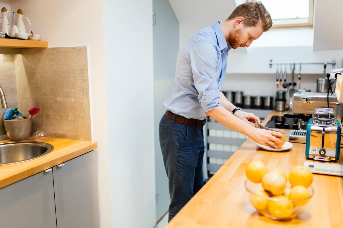 Gładkie fronty, proste uchwyty – to sekret niewyszukanej, ale estetycznej kuchni