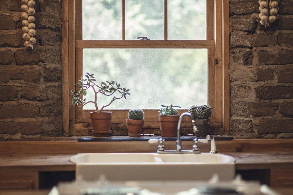 Warkocze czosnku i kamienne ściany